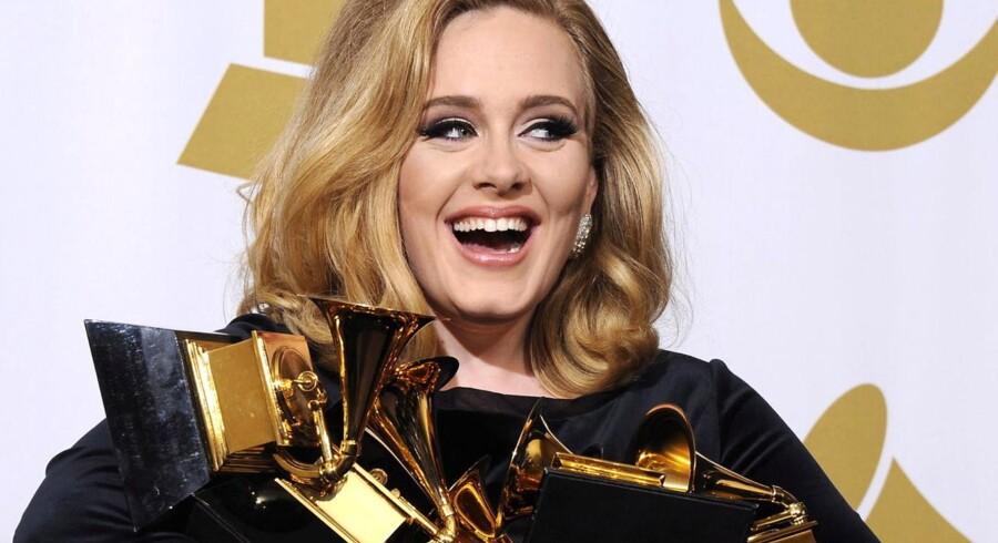 Den britiske sangerjnde Adele vandt hele seks priser ved årets Grammy-uddeling i USA.