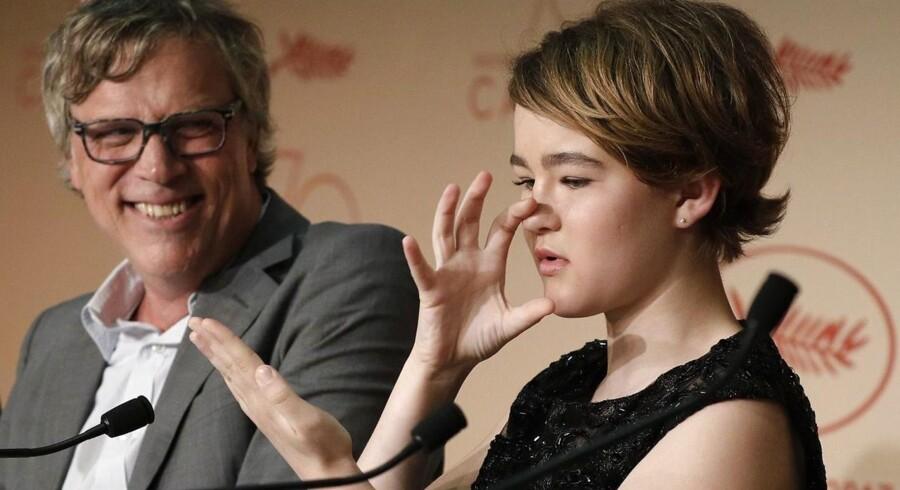 Den amerikanske filminstruktør Todd Haynes og den 13-årige skuespiller Millicent Simmonds, der her med tegnsprog beskriver sit arbjede på instruktørens film »Wonderstruck«. EPA/Andreas Rentz / Getty Images / POOL