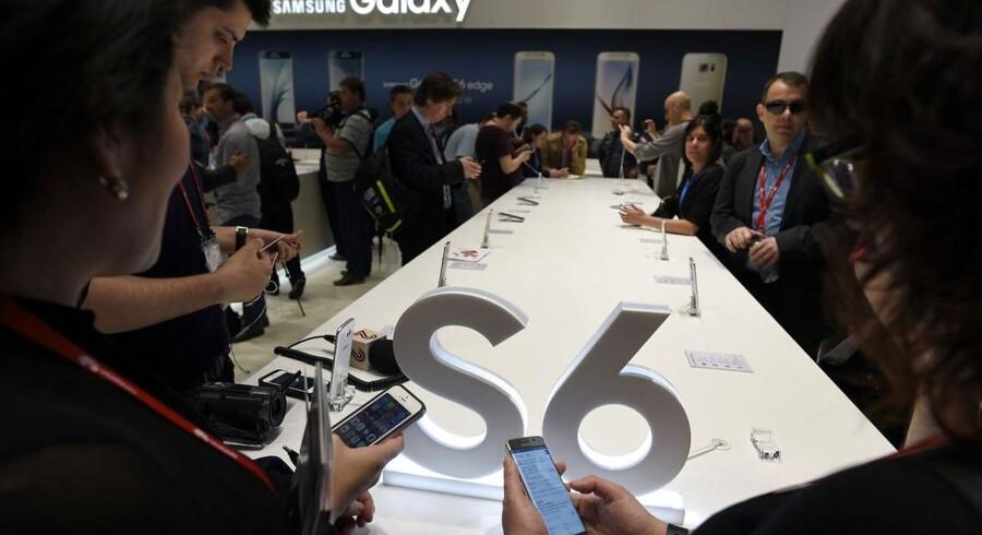 Allerede efter præsentationen på Mobile World Congress i sidste uge var der stor interesse for Samsungs nye Galaxy S6-toptelefoner. Foto: Lluis Gene, AFP/Scanpix