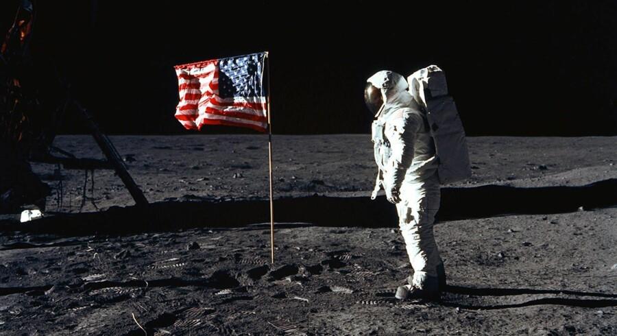 Månelandingen 20. juli 1969 er en løgn, og ifølge konspirationsteorierne bevises det bl.a af, at det amerikanske flag blafrende i det lufttomme rum.