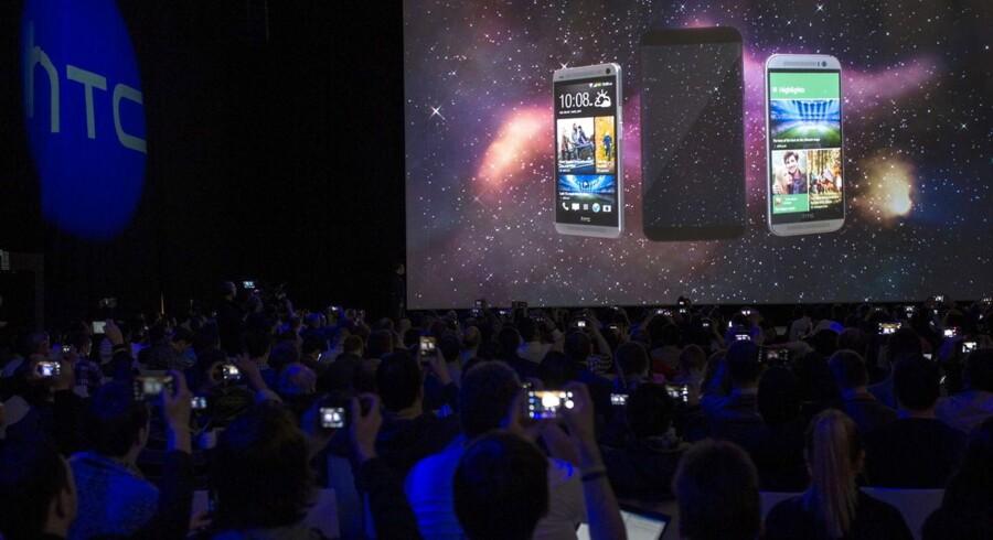 HTC præsenterede søndag eftermiddag sin nye toptelefon, One M9, på Mobile World Congress i Barcelona. Foto: Alejandro Garci, EPA/Scanpix