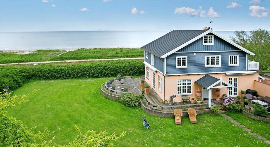 På den store grund i Trouvillekvartet kan synet af Øresund nydes fra både have, terrasser og balkon. Fritidshuset koster 29. mio. kr. Huset er til salg hos Brix Westergaard.