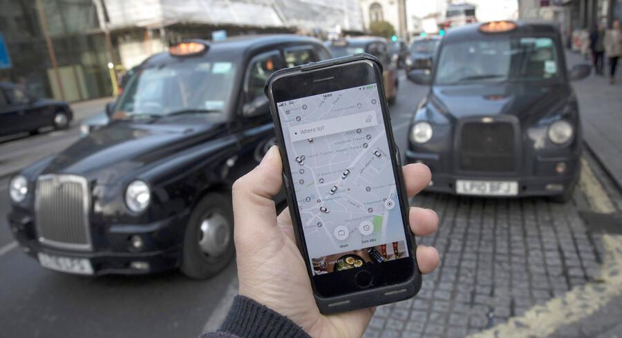 (ARKIV) Uber bruger i London den 10. november 2017. Data fra 57 millioner brugere verden over blev for et år siden stjålet hos Uber. Men kørselstjenesten forsøgte at holde det hemmeligt ved at betale hackerne. Det skriver Ritzau onsdag den 22. november 2017. . (Foto: Simon Dawson/Scanpix 2017)