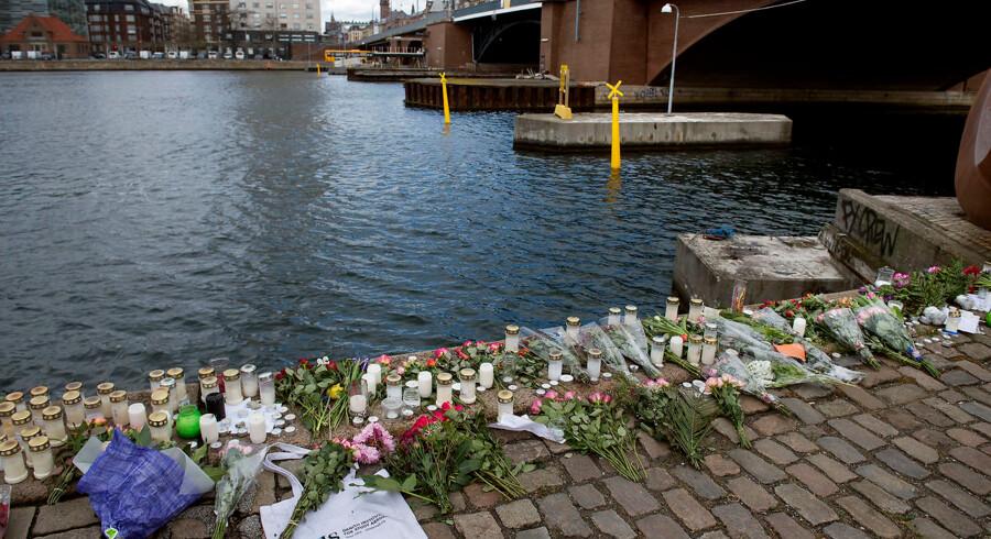 Der er lagt blomster og tændt lys på Islands Brygge ved Langebro mandag 8. Maj 2017 efter en dødsulykke nær Langebro i København kostede to unge kvinder livet, da en eller flere jetski kolliderede med den udlejningsbåd, som de befandt sig i. Begge kvinder er amerikanske statsborgere . (Foto: Liselotte Sabroe/Scanpix 2017)
