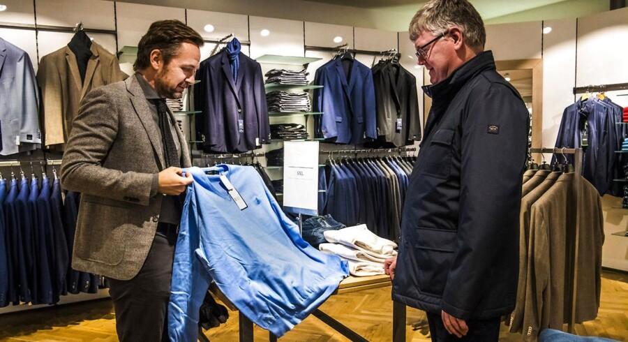 Tøjbutikken Troelstrup har en etage med de særligt store størrelser fra 3XL til 6XL. For kunderne er oplevelsen af, at alt tøjet passer, en del af grunden til, at de handler her.