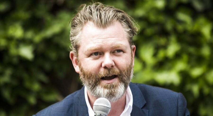 Michael Thouber, direktør i Kunsthal Charlottenborg og medlem af Københavns Kommunes Billedkunstudvalg, er godt tilfreds med købet af Jakob Jakobsens fremtidsnekrologer. (Foto: Ida Marie Odgaard/Scanpix 2017)