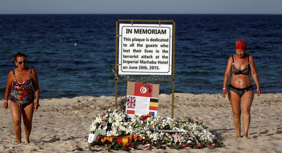 30 briter og otte andre europæere blev i 2015 dræbt ved et terrorangreb på en strand i Tunesien. På årsdagen for drabene på turisterne i den tunesiske badeby Sousse var der rejst en mindeplade for ofrene. Foto: Reuters