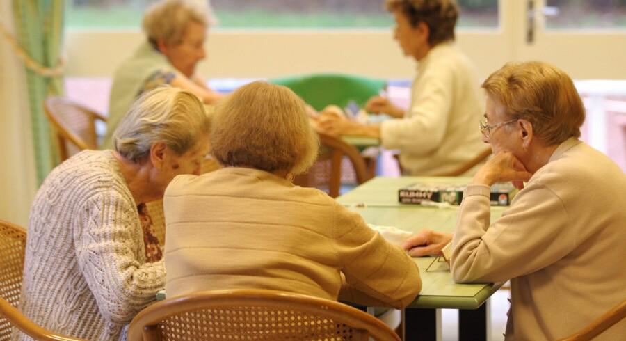 KL bakker op om et forslag fra Lægeforeningen, der skal gøre det lettere for ældre på plejehjem at få en hovedpinepille. Genrefoto Free/Colourbox.com