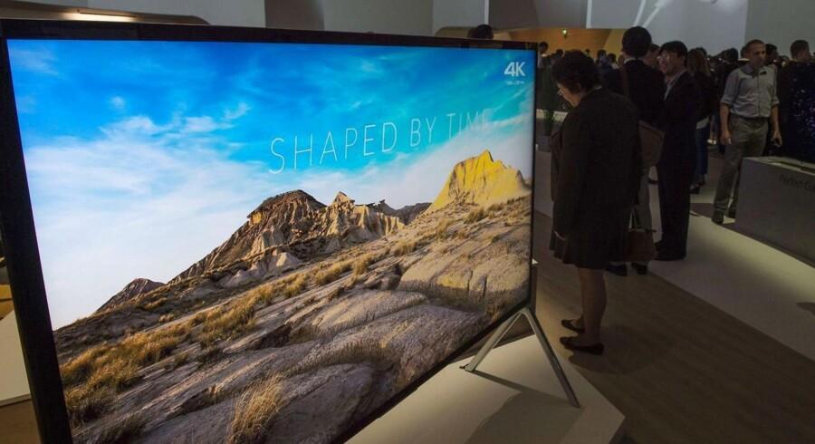 Ultra-HD (for forvirringens skyld også kaldet 4K) er udtryk for en billedkvalitet, som er fire gange større end fuld-HD, som de fleste fladskærmsfjernsyn i danske hjem i dag har. Ultra-HD-skærme - her en 85-tommersag fra den japanske elektronikgigant Sony - dykker nu i pris, så det bliver et godt efterår for TV-glade danskere. Foto: John MacDougall, AFP/Scanpix