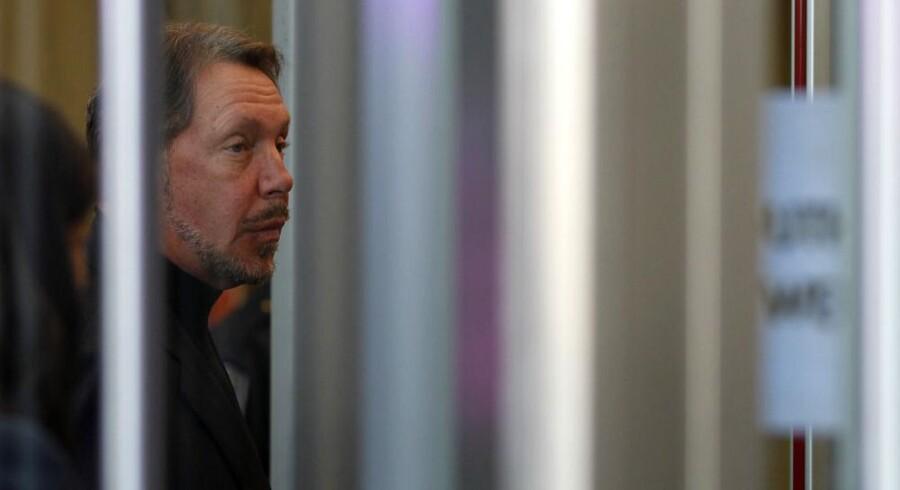 Oracle-medstifter og topchef Larry Ellison går gennem sikkerhedskontrollen ved domstolen i Oakland, hvor en jury snart efter tilkendte ham en erstatning på over syv milliarder kroner. Foto: Robert Galbraith, Reuters/Scanpix