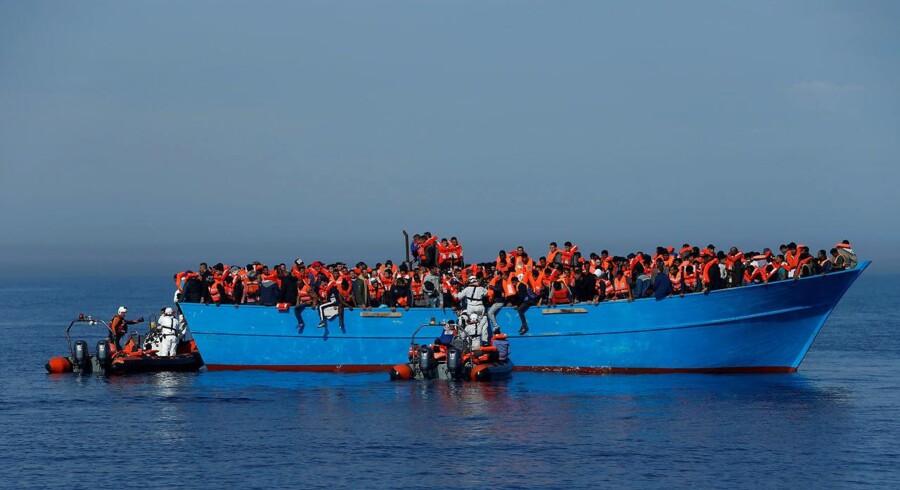 Migranter undsættes af NGO-medarbejdere i Middelhavet i april 2017. Europæiske uenigheder om asylreformer kan underminere EUs grundlæggende principper, advarer Tysklands kansler, Angela Merkel. Arkivfoto: Darrin Zammit Lupi/Reuters Ritzau Scanpix