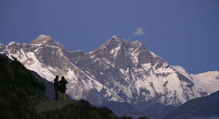 Mount Everest er smukt, men også livsfarligt. Nu skal der ryddes op efter at skrald har ligget frit på bjerget i flere år, hvor det har været lukket ned for bjergbestigning efter voldsomme ulykker.