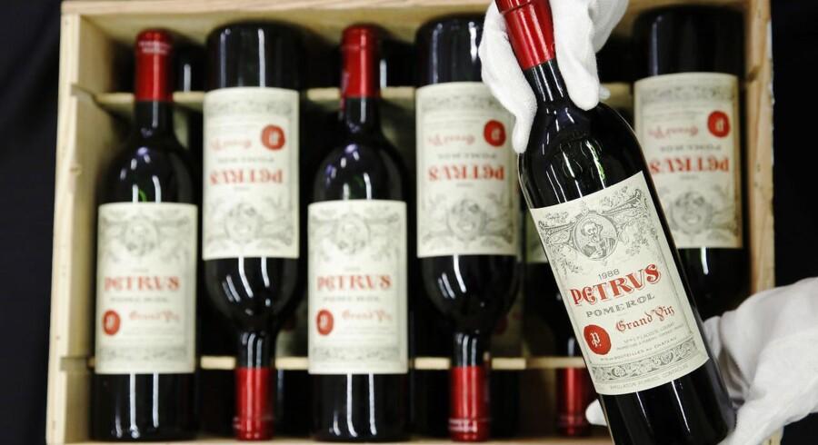 En medarbejder poserer med en Petrus 1988-vin ejet af Alex Ferguson i Christie's auktionshus i London 14. april 2014.
