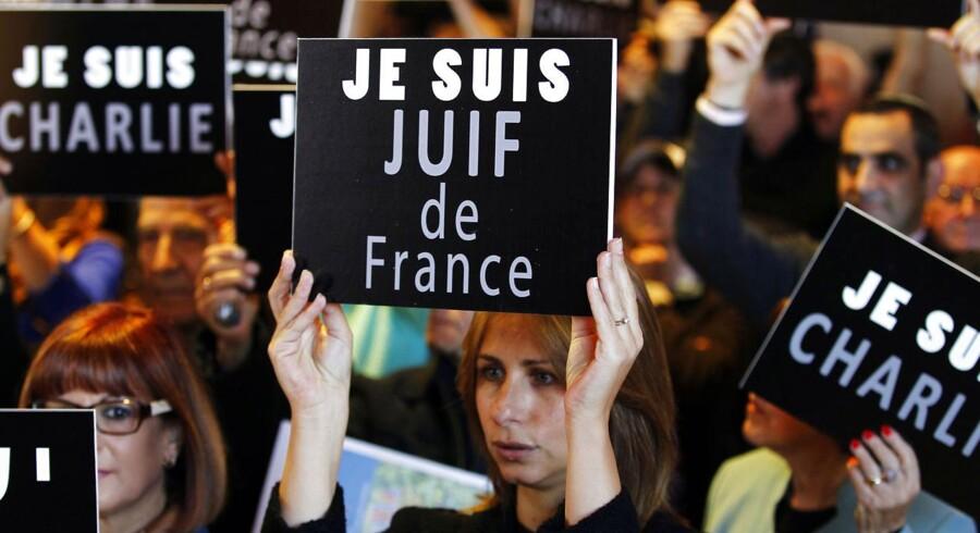 »Jeg er jøde fra Frankrig,« står der på skiltet, som den kvindelige demonstrant i Jerusalem (i midten) viser frem i solidaritet med den stigende antisemitisme i Frankrig, som får flere og flere franske jøder til at forlade landet. Foto: Ronen Zvulun