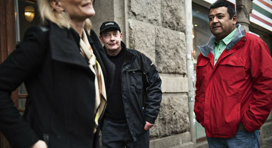 De tidligere gidsler Søren Lyngbjørn og Eddy Lopez, der sad fanget i 839 dage, sagsøger Ekstra Bladet og chefredaktør Poul Madsen for at have forlænget deres gidseltid.