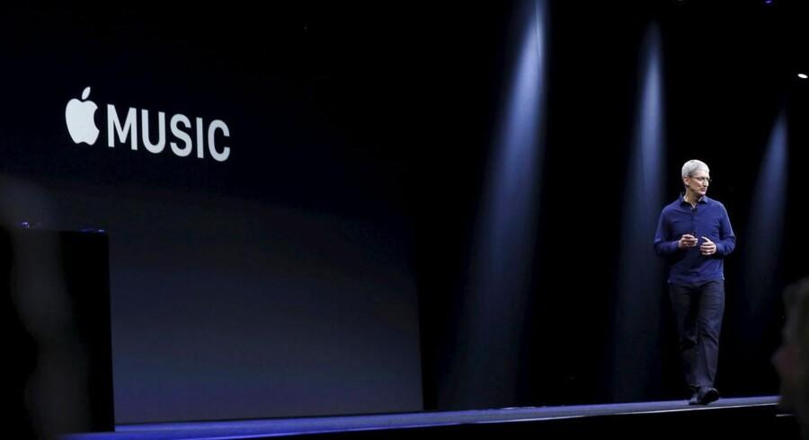 Apple-topchef Tim Cook løfter sløret for Apple Music, der skal konkurrere med bl.a. svenske Spotify. Foto: Robert Galbraith, Reuters/Scanpix