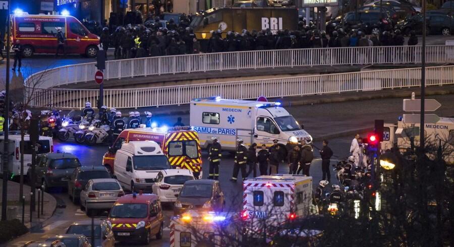 Politiets eliteenheder stormede fredag blandet et jødiske supermarked i det østlige Paris, hvor en terrorist havde forskanset sig med en gruppe gidsler.