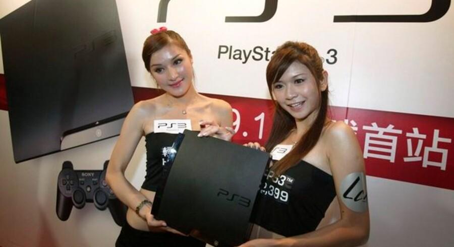 To modeller viser en slankere og billigere Playstation 3-model sidst i august. Kort efter satte Sony i USA priserne ned på sin Playstation-spillemaskine. Foto: Tirone Siu, Reuters/Scanpix