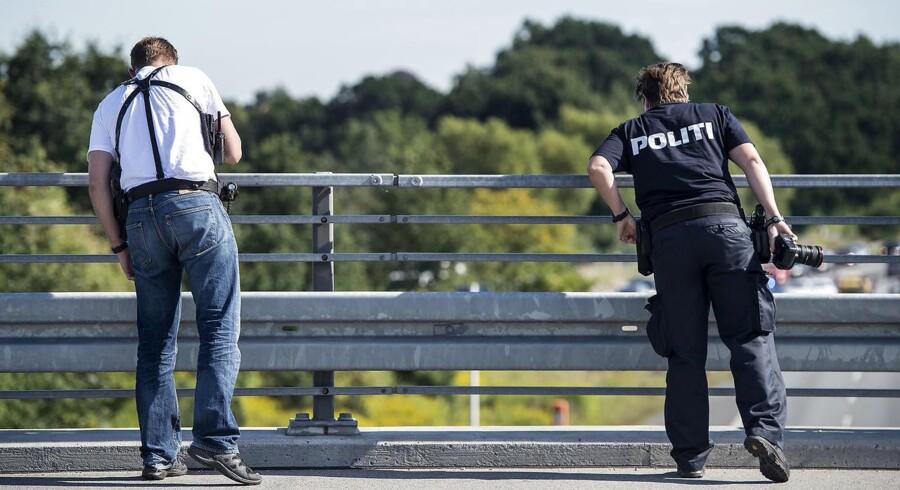 Arkivfoto: Politiet afspærrede torsdag eftermiddag i sidste uge Hillerød-motorvejen i udadgående retning efter ukendte gerningsmænd havde kastet sten ned på vejen fra broen ved afkørsel 1, Tingbjerg. Hundepatruljer afsøgte motorvejen, mens polititeknikere sikrede spor oppe på broen.