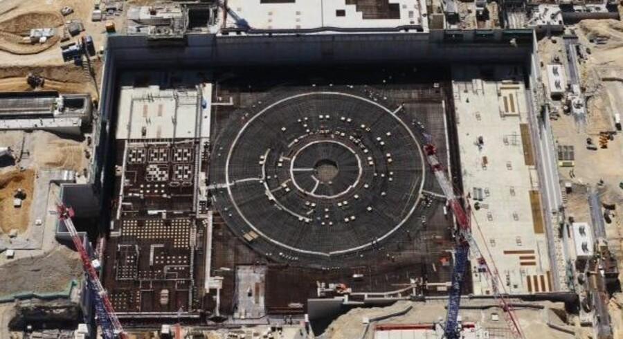 For en pris over 100 mia. kr. er verdens største energilaboratorium ved at blive opført i Sydfrankrig. Over den store ring skal en kontrolleret mini-stjerne danse i et hermetisk lukket kammer i forsøget på at gøre fusionskraft til en farbar energivej for menneskeheden.