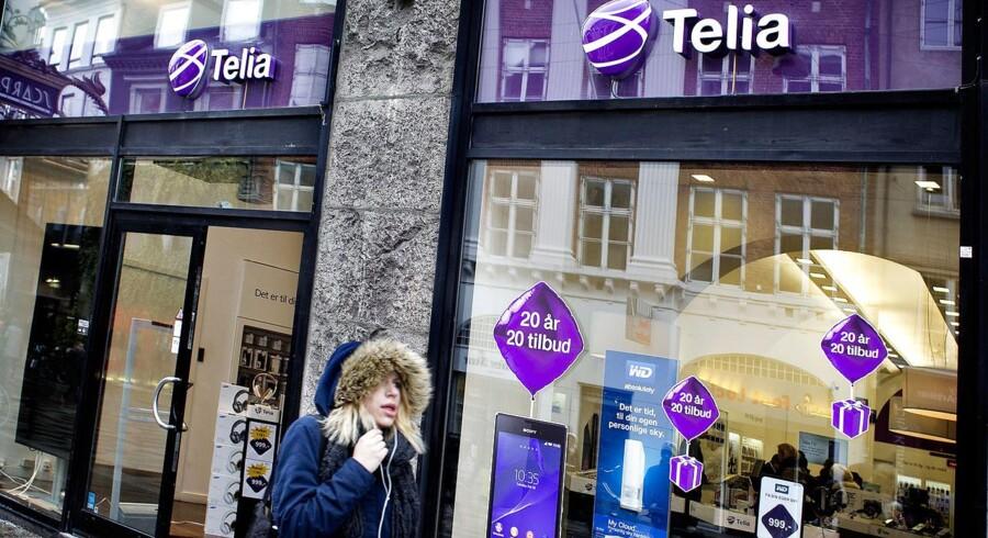 Mobilpriskrigen i Danmark fortsætter nu for fuld styrke, efter at Telia og Telenor fredag morgen kastede håndklædet i ringen og droppede deres længe planlagte fusion, inden EUs konkurrencekommissær, Margrethe Vestager, nedlagde det forbud, som hun var klar med.