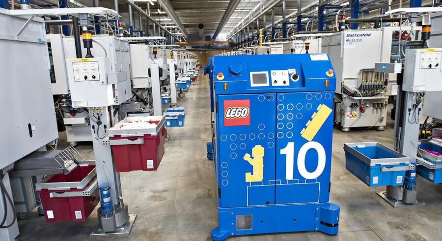 På Legos fabrikker arbejdes der på højtryk, alligevel kan støberierne ikke følge med efterspørgslen op mod jul. Her de fuldautomatiske robotter på fabrikken i Kløvermarken. Foto: Claus Fisker