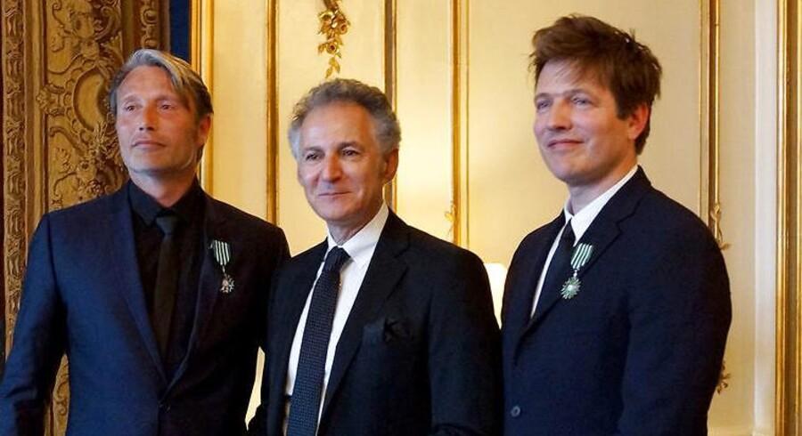 Onsdag aften d. 27. april 2016 er Mads Mikkelsen (tv) og Thomas Vinterberg (th) blevet slået til Riddere af den franske Ordre des Arts et Lettres af François Zimeray (im), Frankrigs Ambassadør, ved et arrangement på Den Franske Ambassade i København.