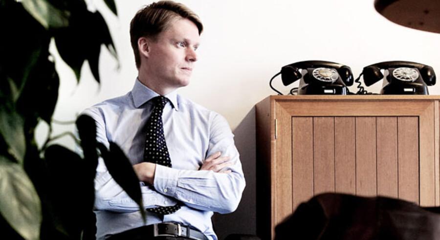 TDC-direktør Henrik Poulsen venter ved telefonen for at høre, hvem der bliver hans nye arbejdsgiver i stedet for de fem kapitalfonde, Apax, Blackstone, KKR, Permira og Providence Equity Partners, der i 2005 købte TDC for 76 mia. kr. via selskabet Nordic Telephone Company.