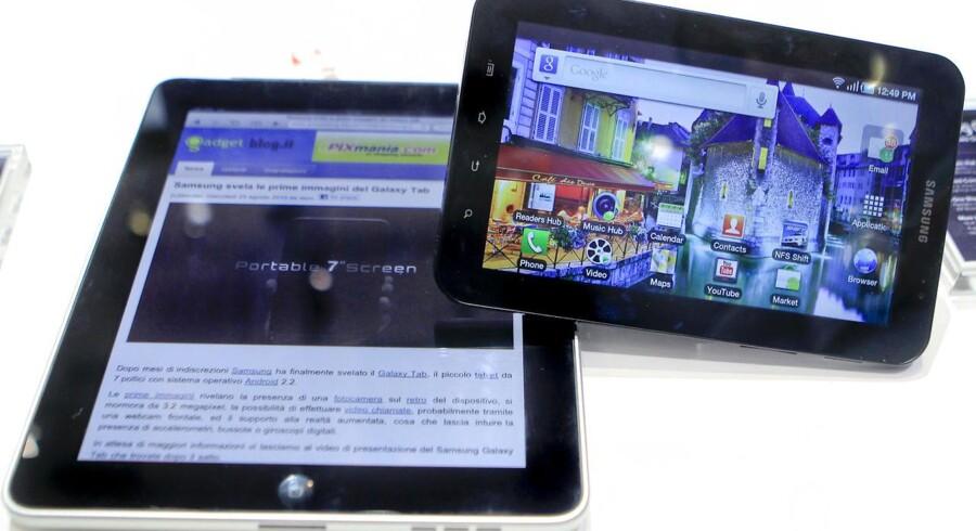 Tavle-PC, også kaldet tablets, er blevet 13.3 pct. billigere set i forhold til første halvår i 2013. På billedet ses Apples iPad og Samsungs Galaxy Tab