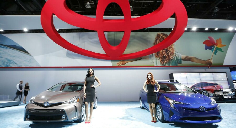 Toyotas administrerende direktør, Akio Toyoda, har trods mange skeptiske miner givet efter for den øvrige ledelses ønske om at fremstille førerløse biler, der således skal sikre bilproducenten et teknologisk forspring.På billedet ses en Toyota Prius (højre) og en Prius V.