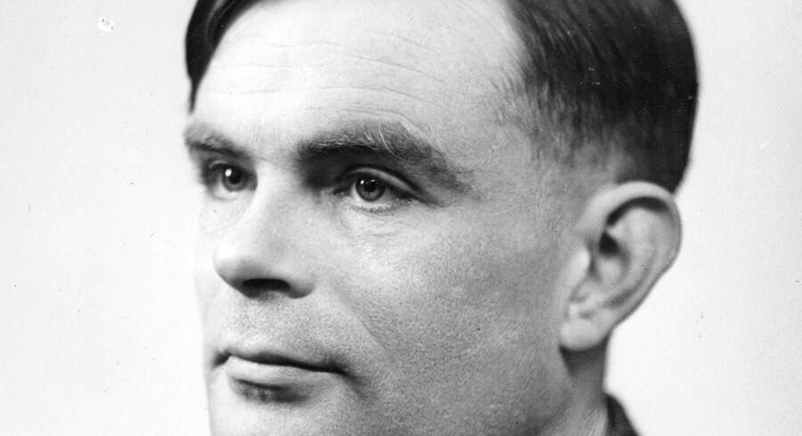 Den legendariske britiske matematiker og computerforsker Alan Turing (1912-1954) har lagt navn til Turing-testen, der skal afgøre, om man kommunikerer med menneske eller maskine. Turing blev i 1952 arresteret for homoseksualitet og blev kemisk kastreret. Han begik selvmord på Snehvide-vis ved at spise et forgiftet æble.