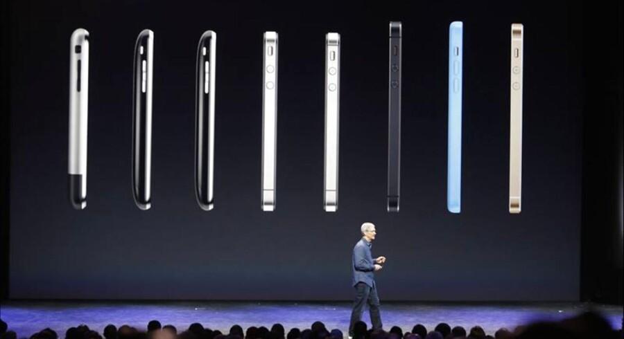 I dag er det 10 år siden, at den første iPhone så dagens lys, og der er sket en kæmpe udvikling siden. Her på billedet taler Apples CEO, Tim Cook, foran en række af tidligere iPhones.