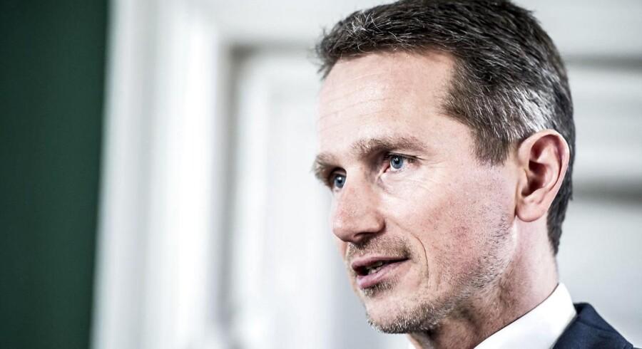 """(ARKIV) Finansminister Kristian Jensen præsenterer konklusionerne fra rapporten """"Indvandreres nettobidrag til de offentlige finanser i 2015"""""""