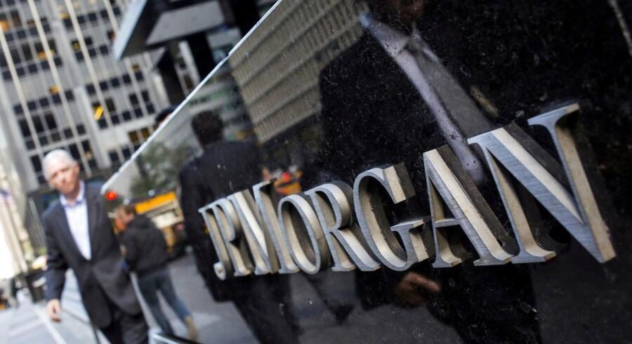 Arkivfoto fra New York City, hvor folk går forbi storbanken JP Morgan, der onsdag afviser en budkamp om det britiske betalingsselskab Worldpay.