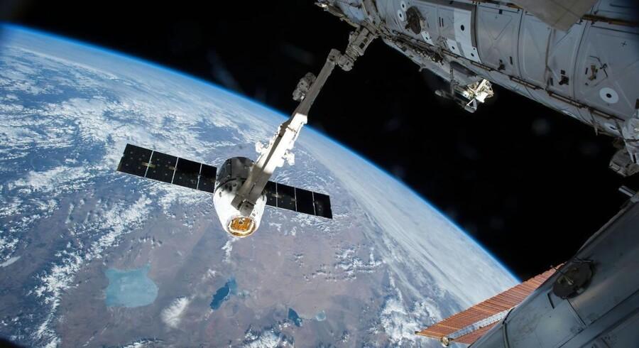 Sådan ser det ud, når robotarmen Canadarm 2 indfanger en Dragon-kapsel med forsyninger og instrumenter til Den Internationale Rumstation.