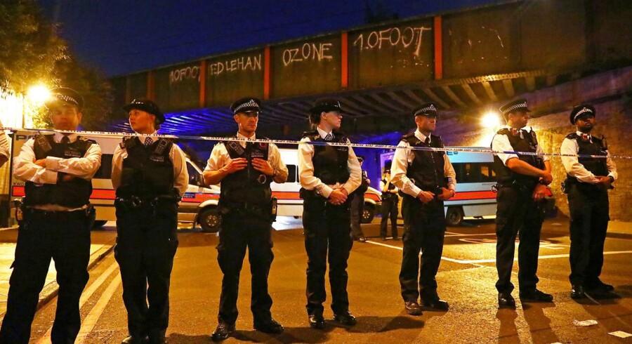 Betjente bevogter stedet, hvor en varevogn pløjede fodgængere ned nær en moske i london. Nu efterspørger Dansk Muslimsk Union ekstra bevågenhed ved danske moskeer.