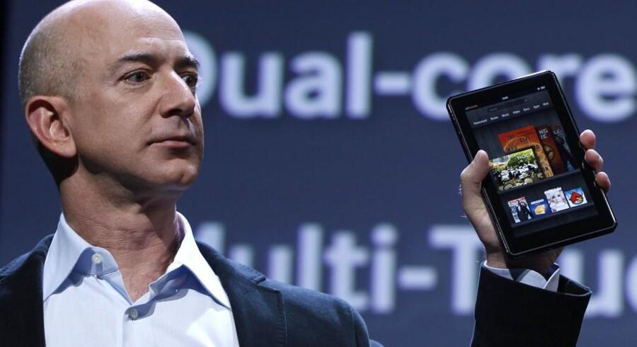 Amazons topchef, Jeff Bezos, med den nye Kindle Fire, som skal slå Apples iPad af banen. Foto: Shannen Stapleton, Reuters/Scanpix