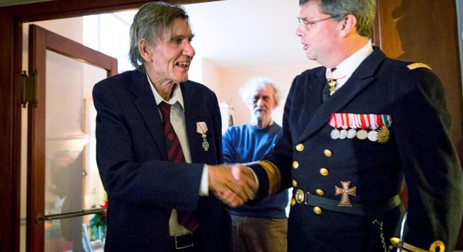Troels Kløvedal fik overrakt Ridderkorset af Dannebrogsordenen af kontreadmiral Nils Wang ved et privat arrangement i København. Foto: Finn Hageman