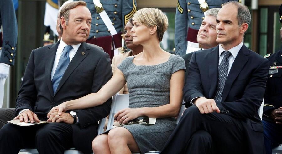 Kevin Spacey og Robyn Wright som Parret Frank og Claire Underwood, inden Spacey blev fældet af anklager om seksuelle overgreb. Til højre i billedet stabschef Doug Stamper, spillet af Michael Kelly.