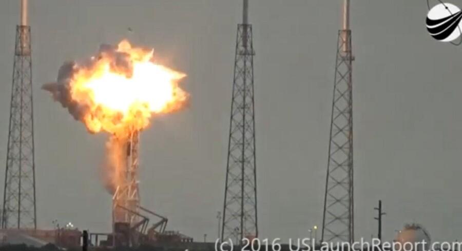 To amerikanske milliardærer blev hårdt ramt, da SpaceX' raket gik op i flammer torsdag på affyringsrampen ved Cape Canaveral. Elon Musk er topchef for SpaceX, mens raketten indeholdt en satellit ejet af Facebook. Facebook-ejer Mark Zuckerberg udtrykte efterfølgende sin store skuffelse over eksplosionen.