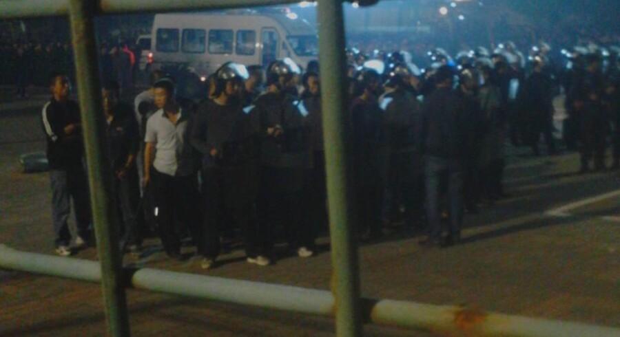 Ved 3-tiden om natten fik politiet endelig styr på optøjerne ved en af Foxconns fabrikker. Foto: Baidu Tieba