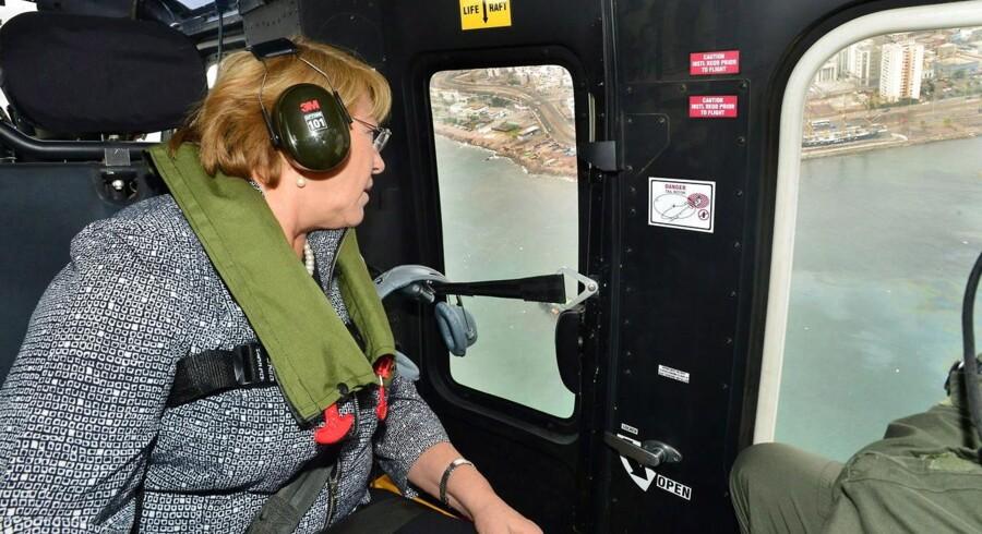 Chiles præsident Michelle Bachelet, der her besigtiger de jordskælvsramte områder fra luften, er blandt de evakuerede, skriver Reuters.