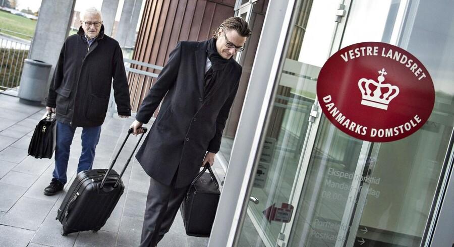 Vestre Landsret i Viborg behandlede også sagen om swapaftalen mellem Jyske Bank og Engskoven Andelsboligforening i Skødstrup. Her ses advokat for Engskoven Andelsboligforening, Thomas Schioldan, og talsmand Lund Poulsen.