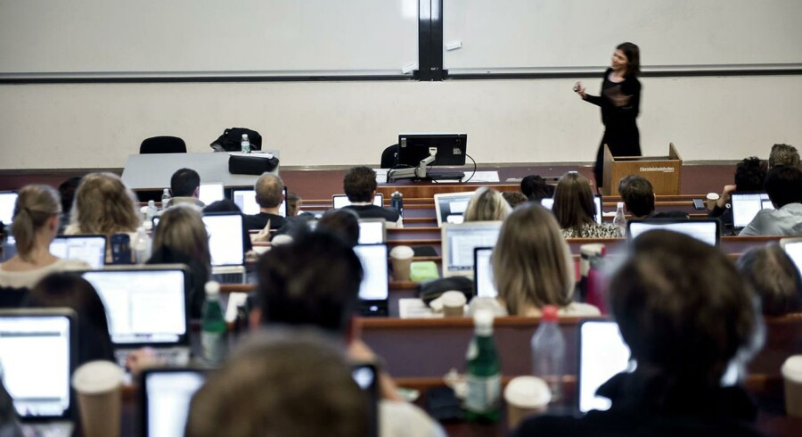 Hver tiende studerende burde slet ikke være på studiet, fordi de ikke har faglighed og motivation til det. Sådan lyder vurderingen fra 1.200 lektorer og professorer i en undersøgelse foretaget af Berlingske Research. Her er studerende på Copenhagen Business School CBS til forelæsning.