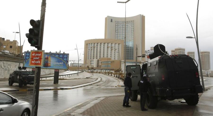 Sikkerhedsstyrker foran Corinthia Hotel efter en bilbombe eksploderede tirsdag.