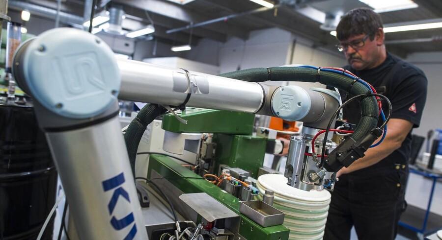C.C. Jensen automatiserede i 2011 deres produktion med en række robotter. Dermed er det lykkedes dem at fordoble produktionen af oliefiltre til skibe. Virksomheden er nu igang med at udvikle nye intelligente robotter, der i højere grad kan samarbejde med de menneskelige kollegaer. Her operatør Finn Iversen med den robot fabrikken udvikler på.