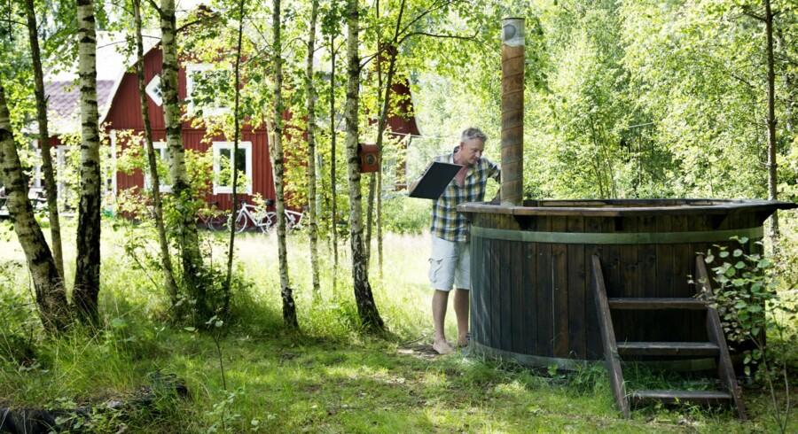 Finn Nørkjær og Iben Schlanbusch på deres ødegård i Sverige.