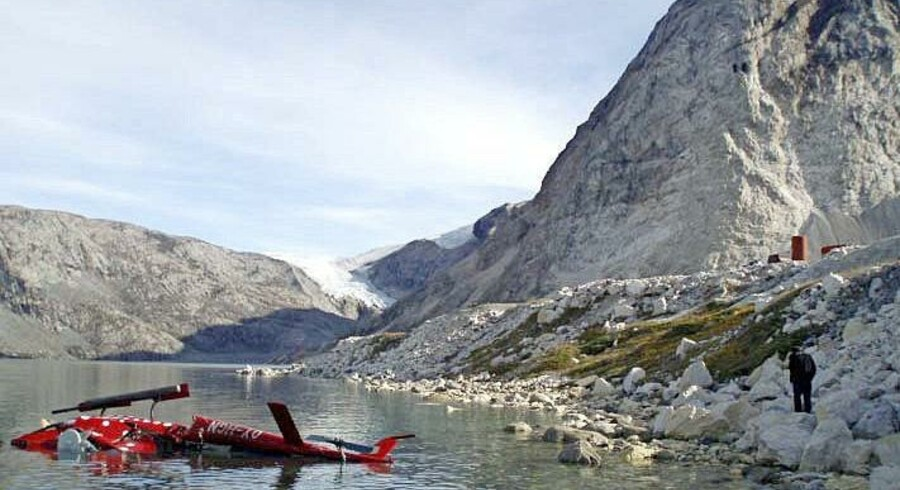 Piloten og passagereren kom lettere til skade, da Air Greenlands AS350-helikopter landede på siden ved Maarmorilik. Foto: Havarikommissionen