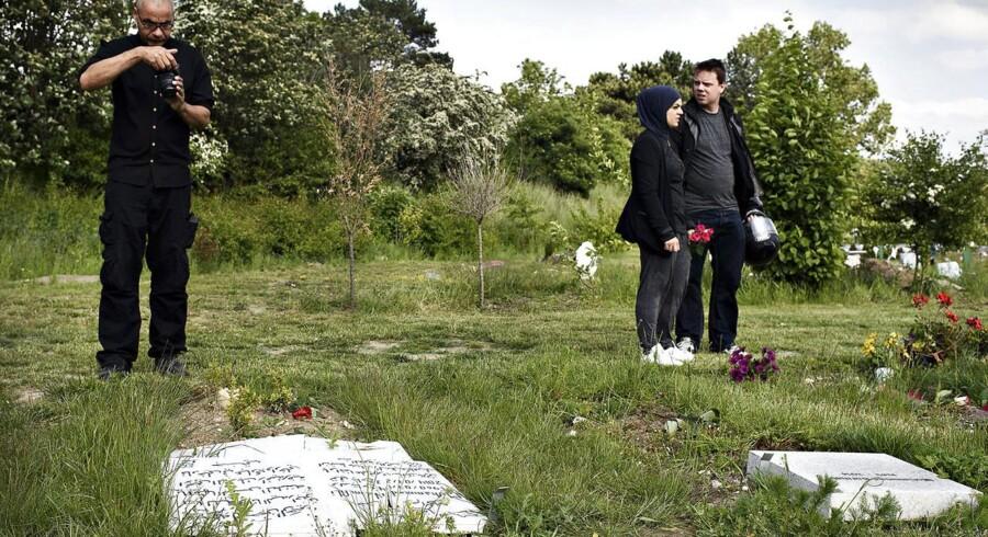 Mindst 50 gravsten blev væltet på den muslimske gravplads i Brøndby.