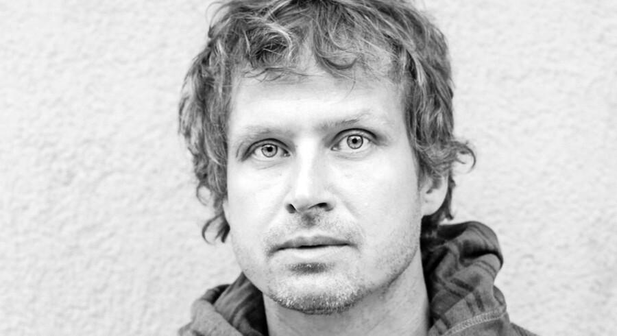 Tomas Lagermand Lundmes roman »Når man forveksler kærlighed med en saks« er en lille sort bog til dine tanker.